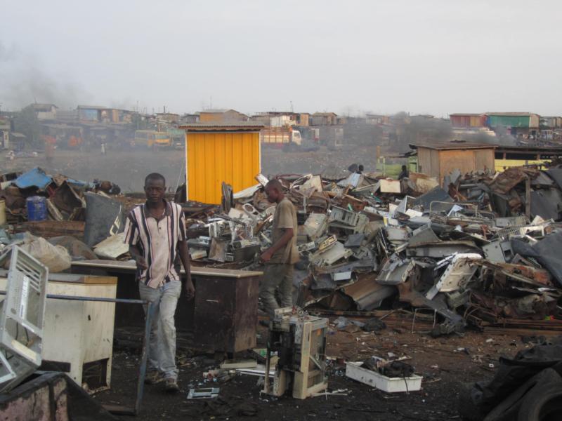 Quando il nostro benessere non equivale alla loro salute. Agbogbloshie, Ghana: l'inferno a cielo aperto (di M. Piccinini, V, Cappelletti)
